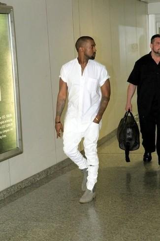 Как Kanye West носит Белая рубашка с коротким рукавом, Белые рваные зауженные джинсы, Серые замшевые ботинки челси