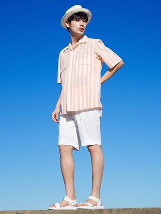 Как и с чем носить: белая рубашка с коротким рукавом в вертикальную полоску, белые шорты, белые кожаные сандалии, белая соломенная шляпа