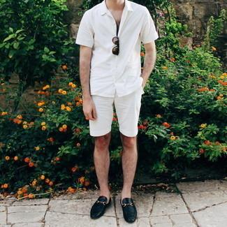 С чем носить черные кожаные лоферы мужчине: Дуэт белой рубашки с коротким рукавом и белых шорт позволит выглядеть модно, а также выразить твою индивидуальность. Если ты не боишься смешивать в своих луках разные стили, из обуви можешь надеть черные кожаные лоферы.