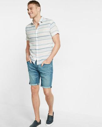 Как и с чем носить: белая рубашка с коротким рукавом в горизонтальную полоску, синие джинсовые шорты, темно-синие кожаные слипоны