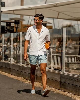Как и с чем носить: белая рубашка с коротким рукавом, голубые шорты, голубые эспадрильи из плотной ткани