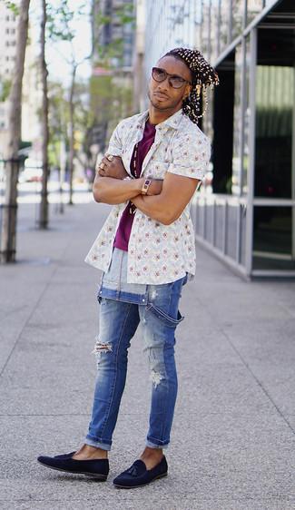 Как и с чем носить: белая рубашка с коротким рукавом с цветочным принтом, пурпурная футболка с круглым вырезом, синие джинсовые штаны-комбинезон, темно-синие замшевые лоферы с кисточками