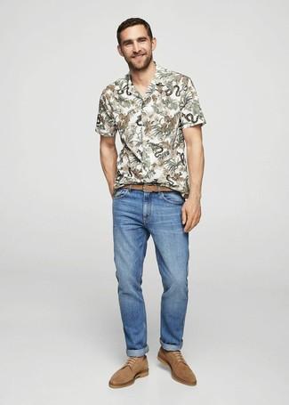 Как и с чем носить: белая рубашка с коротким рукавом с цветочным принтом, синие джинсы, светло-коричневые замшевые туфли дерби, светло-коричневый кожаный плетеный ремень