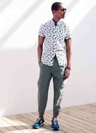 Как и с чем носить: белая рубашка с коротким рукавом с цветочным принтом, зеленые брюки карго, синие кроссовки