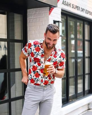 Как и с чем носить: белая рубашка с коротким рукавом с цветочным принтом, серые брюки чинос, красные часы из плотной ткани