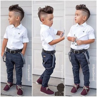 Как и с чем носить: белая рубашка с коротким рукавом, темно-синие джинсы, темно-красные ботинки дезерты