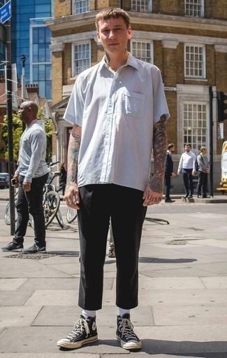 Белая рубашка с коротким рукавом в вертикальную полоску: с чем носить и как сочетать мужчине: Ансамбль из белой рубашки с коротким рукавом в вертикальную полоску и черных брюк чинос поможет создать необычный мужской лук в стиле кэжуал. Чтобы образ не получился слишком строгим, можно завершить его черно-белыми высокими кедами из плотной ткани.