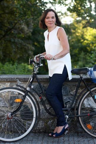 Как и с чем носить: белая туника, темно-синие джинсы, темно-синие босоножки на каблуке из плотной ткани