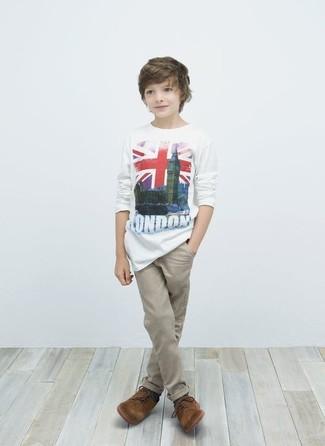 Как и с чем носить: белая футболка, бежевые брюки, коричневые оксфорды