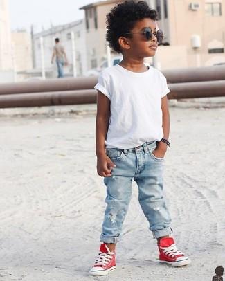 Как и с чем носить: белая футболка, голубые джинсы, красные кеды, черные солнцезащитные очки