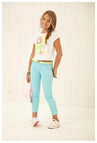 Как и с чем носить: белая футболка с принтом, мятные джинсы, белые кеды, зеленый браслет