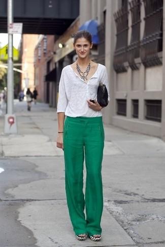 Как и с чем носить: белая футболка на пуговицах, зеленые широкие брюки, черный замшевый клатч, серебряное колье