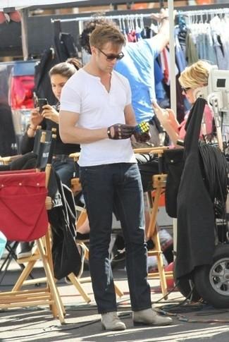 Как и с чем носить: белая футболка на пуговицах, черные джинсы, серые кожаные повседневные ботинки, коричневые кожаные перчатки