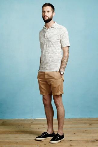Как и с чем носить: белая футболка-поло в горизонтальную полоску, светло-коричневые шорты, черные низкие кеды из плотной ткани, темно-серые часы из плотной ткани