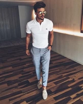 Как и с чем носить: белая футболка-поло, серые классические брюки в клетку, бежевые замшевые лоферы с кисточками, черные часы