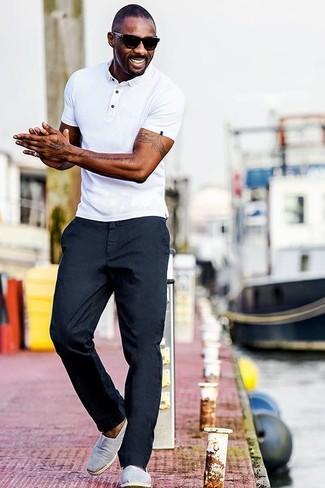 Как Idris Elba носит Белая футболка-поло, Темно-синие брюки чинос, Серые слипоны из плотной ткани, Черные солнцезащитные очки