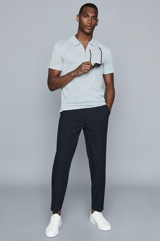 Черные брюки чинос: с чем носить и как сочетать: Белая футболка-поло и черные брюки чинос — идеальный ансамбль, если ты ищешь лёгкий, но в то же время стильный мужской ансамбль. Вкупе с этим образом выигрышно будут смотреться белые кожаные низкие кеды.