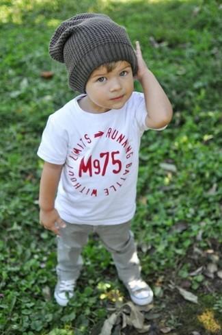 Как и с чем носить: белая футболка, серые джинсы, серые кеды, серая шапка