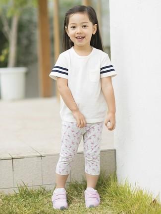 Как и с чем носить: белая футболка, серые леггинсы с принтом, розовые кеды