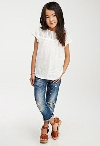 Как и с чем носить: белая футболка, синие джинсы, коричневые кожаные босоножки