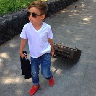 Как и с чем носить: белая футболка, синие джинсы, красные лоферы