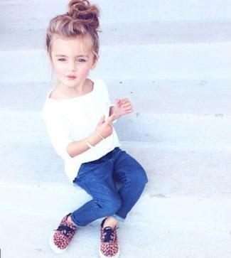 Как и с чем носить: белая футболка, синие джинсы, светло-коричневые кеды