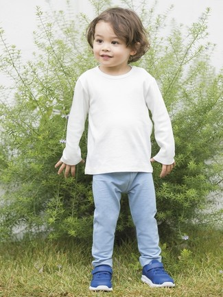 Модный лук: белая футболка с длинным рукавом, голубые спортивные штаны, синие кеды