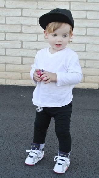 Как и с чем носить: белая футболка с длинным рукавом, черные спортивные штаны, белые кеды, черная бейсболка