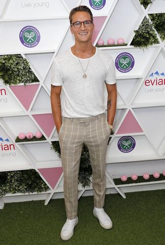 Как и с чем носить: белая футболка с круглым вырезом, бежевые классические брюки в клетку, белые кожаные низкие кеды