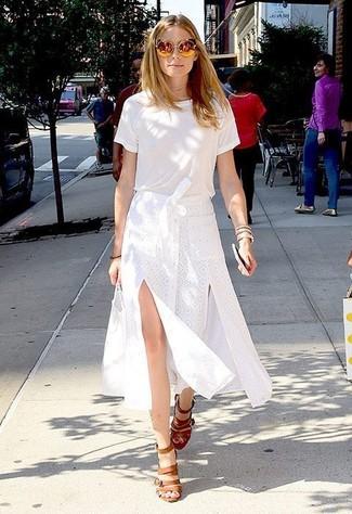 Как Olivia Palermo носит Белая футболка с круглым вырезом, Белая юбка-миди с разрезом, Светло-коричневые кожаные босоножки на каблуке, Золотые солнцезащитные очки