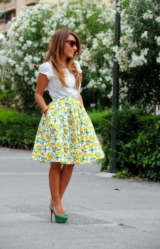 Как и с чем носить: белая футболка с круглым вырезом, бело-желтая пышная юбка с принтом, зеленые замшевые туфли, темно-коричневые солнцезащитные очки