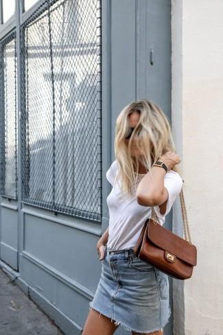 Как и с чем носить: белая футболка с круглым вырезом, голубая джинсовая мини-юбка, коричневая кожаная сумка-саквояж