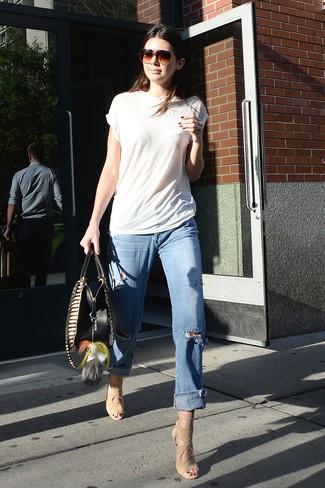 Как и с чем носить: белая футболка с круглым вырезом, голубые рваные джинсы-бойфренды, бежевые замшевые босоножки на каблуке
