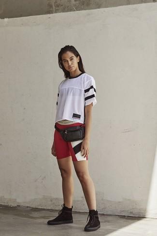 Как и с чем носить: белая футболка с круглым вырезом в сеточку, красные велосипедки с принтом, черные замшевые ботинки на шнуровке, черная кожаная поясная сумка