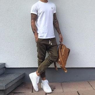 Как и с чем носить: белая футболка с круглым вырезом, оливковые спортивные штаны, белые высокие кеды, коричневый кожаный рюкзак