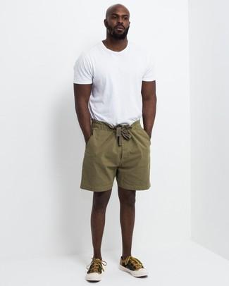 Как и с чем носить: белая футболка с круглым вырезом, оливковые шорты, горчичные низкие кеды из плотной ткани