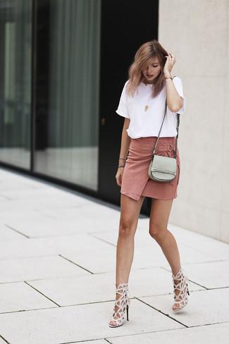 Как и с чем носить: белая футболка с круглым вырезом, розовая замшевая мини-юбка, бежевые кожаные босоножки на каблуке, серая кожаная сумка через плечо