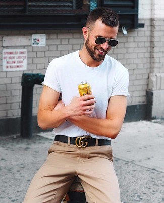 Как и с чем носить: белая футболка с круглым вырезом, светло-коричневые брюки чинос, черный кожаный ремень, черные солнцезащитные очки