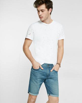 Как и с чем носить: белая футболка с круглым вырезом, синие джинсовые шорты