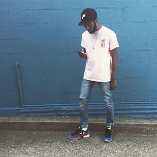 Как и с чем носить: белая футболка с круглым вырезом, синие рваные джинсы, разноцветные кроссовки, черная бейсболка