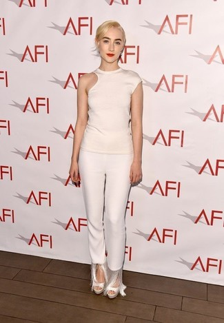 Как и с чем носить: белая футболка с круглым вырезом с вырезом, белые узкие брюки c бахромой, белые кожаные босоножки на каблуке