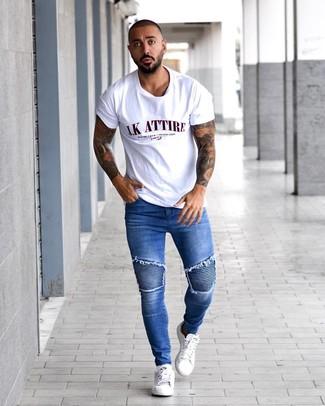 Как и с чем носить: белая футболка с круглым вырезом с принтом, синие зауженные джинсы, белые кожаные низкие кеды