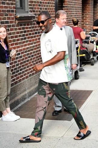 Как и с чем носить: белая футболка с круглым вырезом с принтом, темно-зеленые брюки чинос с камуфляжным принтом, черные кожаные сандалии