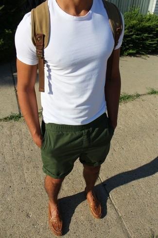 Как и с чем носить: белая футболка с круглым вырезом, темно-зеленые шорты, коричневые кожаные лоферы, светло-коричневый рюкзак из плотной ткани
