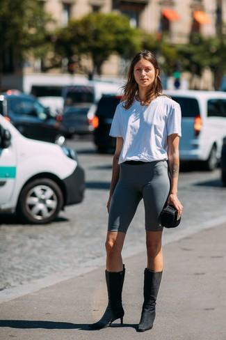 Как и с чем носить: белая футболка с круглым вырезом, темно-серые велосипедки, черные замшевые полусапоги, золотое колье