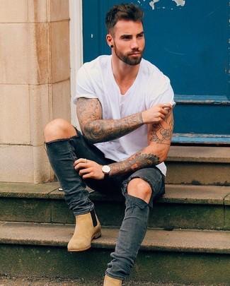 Как и с чем носить: белая футболка с круглым вырезом, темно-серые рваные зауженные джинсы, светло-коричневые замшевые ботинки челси, черные кожаные часы
