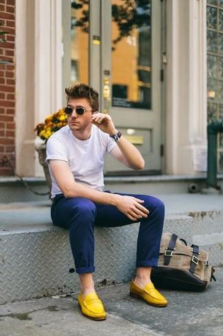 Как и с чем носить: белая футболка с круглым вырезом, темно-синие брюки чинос, желтые замшевые лоферы, носки-невидимки
