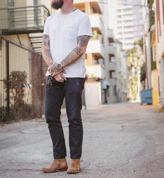 Как и с чем носить: белая футболка с круглым вырезом, темно-синие джинсы, светло-коричневые замшевые ковбойские сапоги