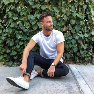 Как и с чем носить: белая футболка с круглым вырезом, темно-синие зауженные джинсы, белые низкие кеды из плотной ткани