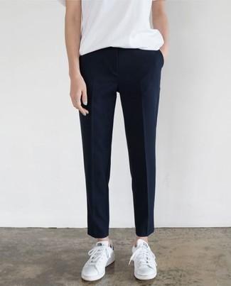 Как и с чем носить: белая футболка с круглым вырезом, темно-синие классические брюки, белые кожаные низкие кеды